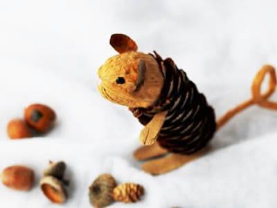Мышка из орешка и шишки