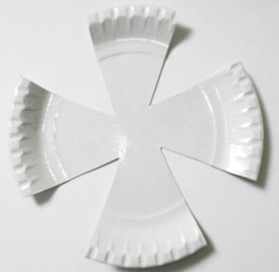 Разрезаем одноразовую тарелку