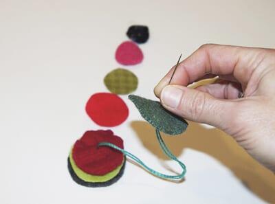 Нанизываем кружки из фетра на нитку от большего к меньшему