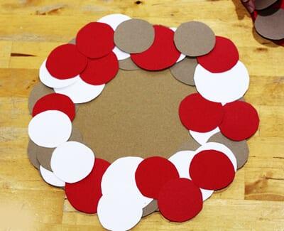 Приклеиваем кружки вокруг картонной основы
