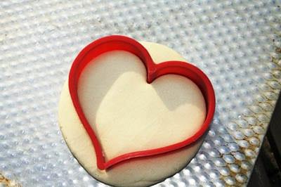 Придаем тесту форму сердечка
