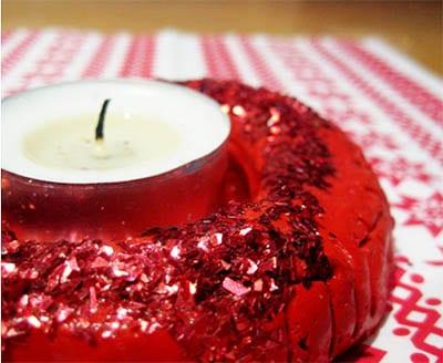 Подсвечник из красного теста, покрытый красными блестками
