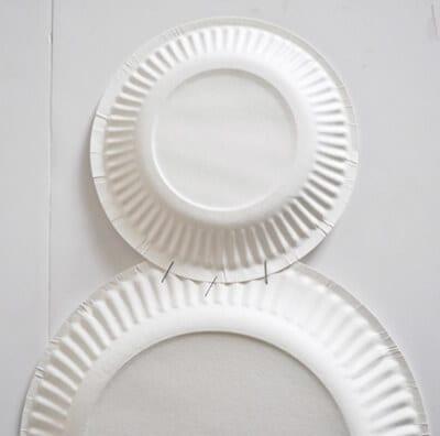 Скрепляем степлером тарелочки