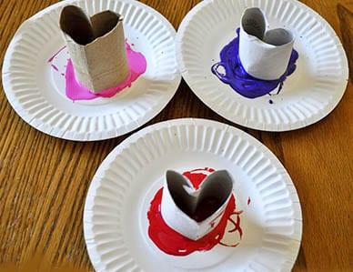 В каждую тарелку наливаем краску