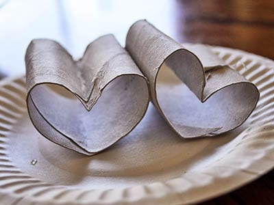 Складываем сердечко из картонного рулона