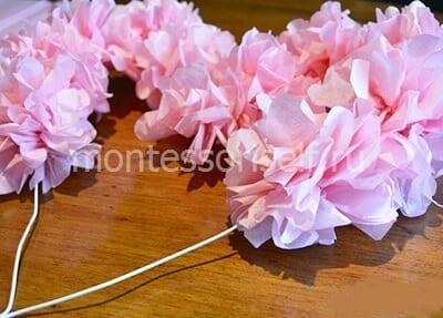 Приклеиваем бумажные цветы на проволоку