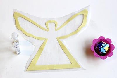 Приклеиваем ангела на клейкую бумагу