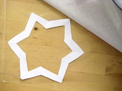 Приклеиваем звезду к клейкой ленте