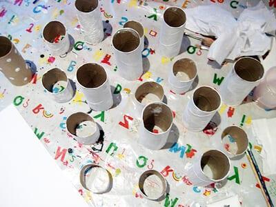 Окрашиваем картонные трубочки в белый цвет