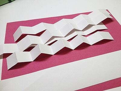 Из бумаги складываем полоски