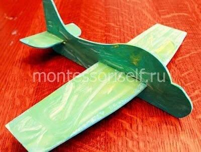 Вставляем крылья и хвост в основание самолета