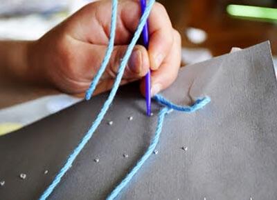 Продеваем нитку с иголкой в отверстия
