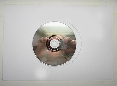 Обводим диск на обратной стороне красного листа