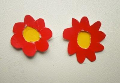 Делаем из красной и желтой бумаги цветы