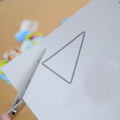 Вырезаем из белого картона два треугольника