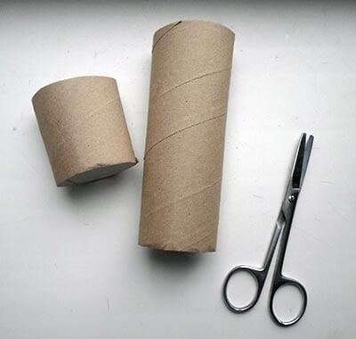 Отрезаем часть картонного рулона