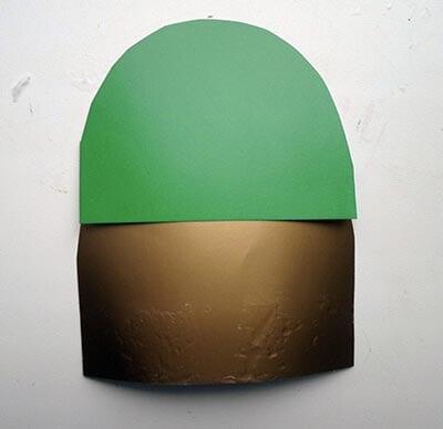 Приклеиваем каску из зеленого картона