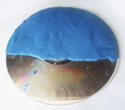 Приклеиваем синий пластилин
