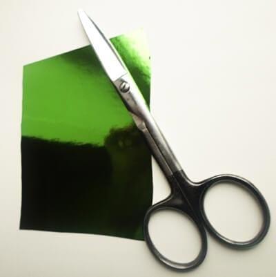Берем лист яркого картона или бумаги