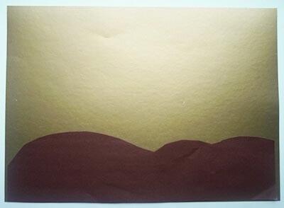Вырезаем из коричневой бумаги холмы и землю