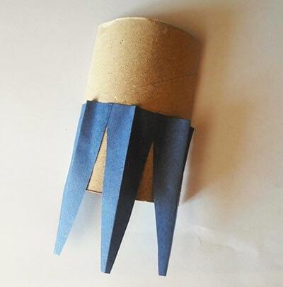 Приклеиваем синие треугольники на картонный рулон