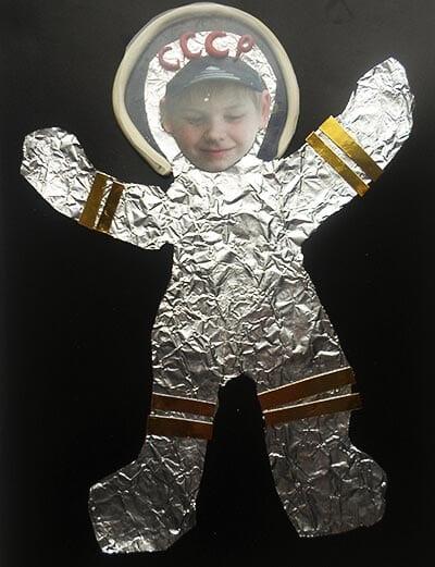 Приклеиваем шлем космонавту