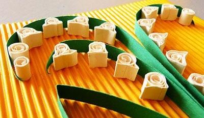 Приклеиваем зеленые полоски бумаги и ландыши