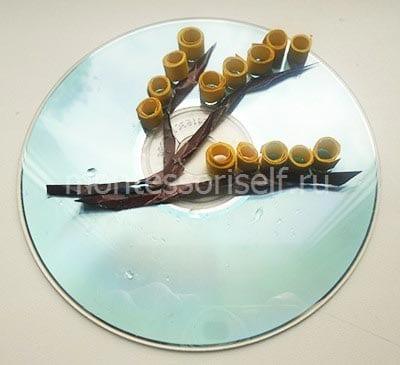 Выкладываем цветы мимозы на диске