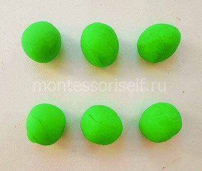 Шарики из зеленого пластилина