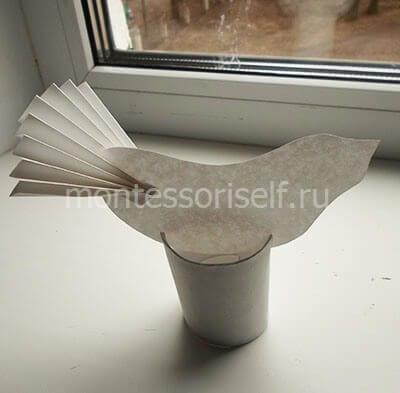Закрепляем птичку на подставке