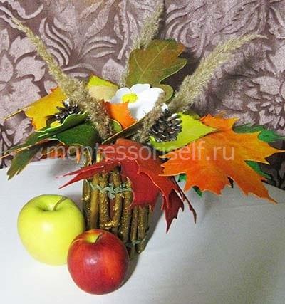 Ваза из веток с осенними листьями