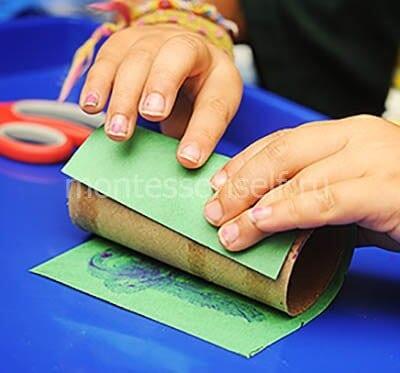 Заворачиваем рулон в зеленую бумагу