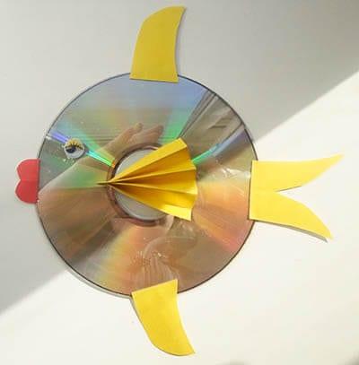 Приклеиваем рыбке хвост и плавники из бумаги
