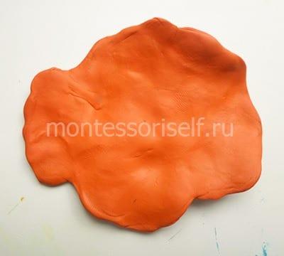 Расплющиваем оранжевый пластилин