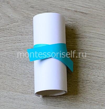 Оборачиваем рулон бумагой и приклеиваем шарфик