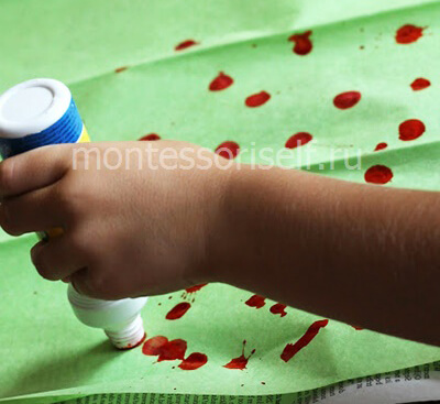 Покрываем зеленую бумаги красными пятнами