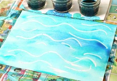 Поверх рисунка мелками наносим акварель