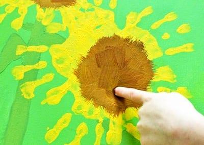 Наносим точки - семечки коричневой краской