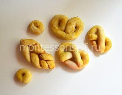 Покрываем крендельки желтой акварелью