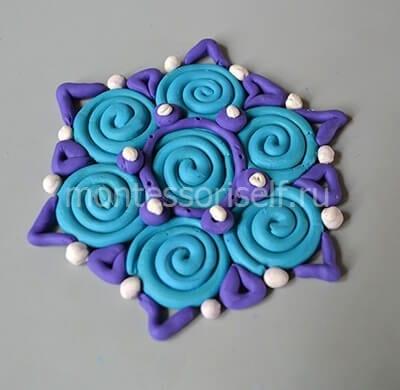 Синие треугольники и белые шарики