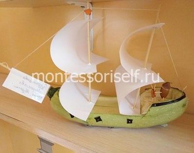 Кораблик из кабачка с бумажными парусами
