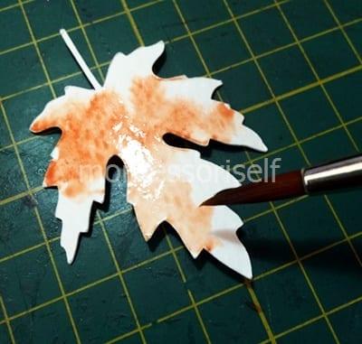 Покрываем лист акварелью