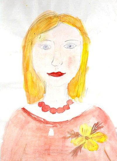 Мама в красной кофточке с бусами