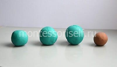 Три зеленых и один коричневый шарик