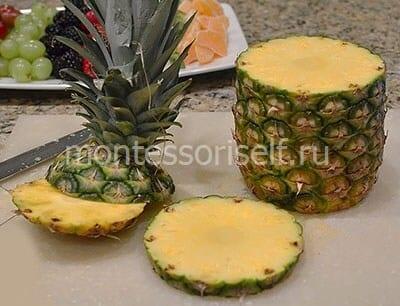 Срезаем верхнюю и нижнюю часть ананаса