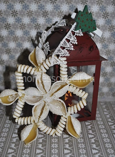 Елочное украшение снежинка из макарон