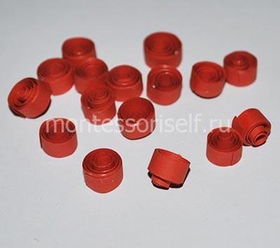 Роллы из красных бумажных полос