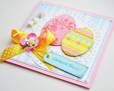 Пасхальная открытка с яичками, ленточкой, цветами и салфеткой