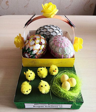 Пасхальная композиция с корзинкой, яичками и цыплятами