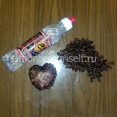 Оклеиваем сердечки зернами